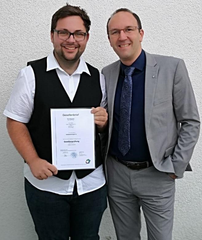 Tim Kappler wird nach bestandener Prüfung zum Gebäudereiniger in die GÜLICH GRUPPE Sauerland GmbH als neue Fachkraft übernommen - freispr 3