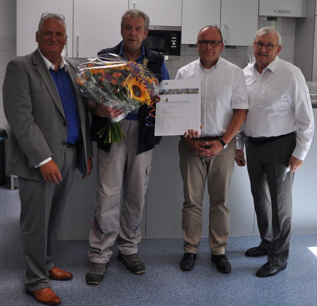 Gratulation zum 40-jährigen Dienstjubiläum von Bernhard Thiel - Jubiläumsfoto 1 1024x988